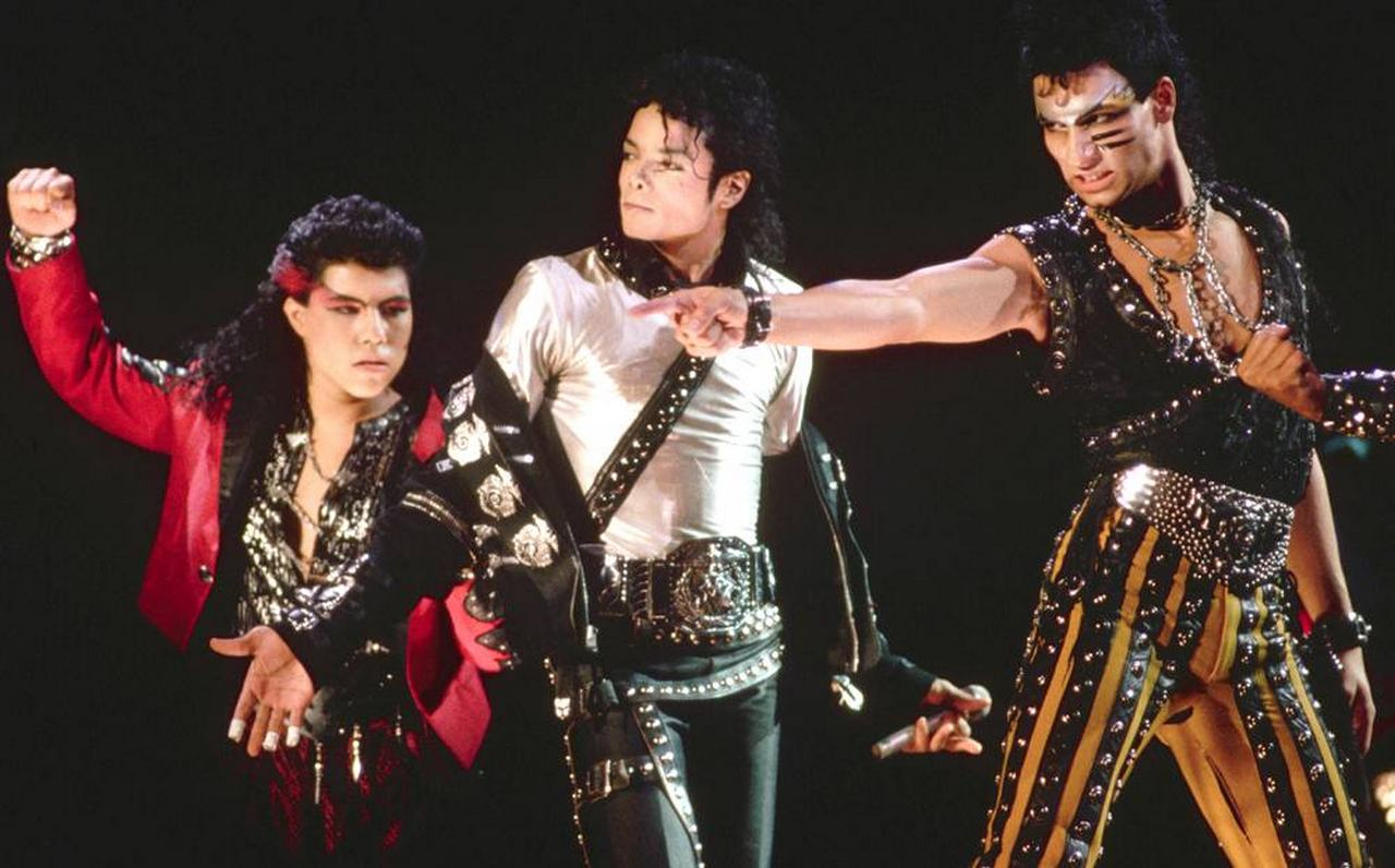 Майкл Джексон и его танцоры во время тура по раскрутке альбома Bad в Токио в 1987 году.