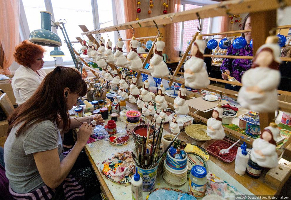 Заказы у фабрики бывают разные: от президентских подарков до шаров со станциями метро. Почти все рис