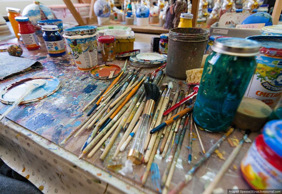 Мастеров-художников примерно в 4 раза больше, чем стеклодувов. Те, кто дольше работает на фабрике, в