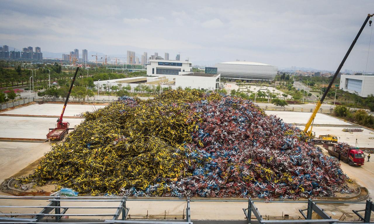 После банкротства прокатной конторы осталось гора велосипедов размером с футбольное поле (3 фото)
