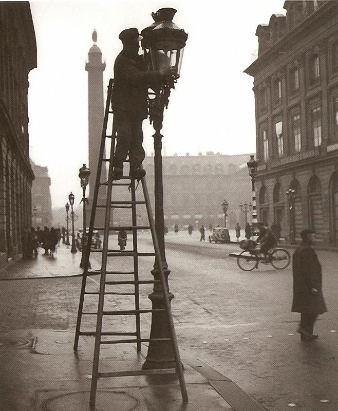 15. Уличные фонари. Улица Мира. Чистильщики уличных фонарей с 1766 года взбираются на газовые фонари