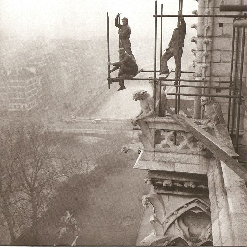 22. Установка строительных лесов на Нотр-Даме. Париж, 1952 год. Головокружительный вид для троих раб