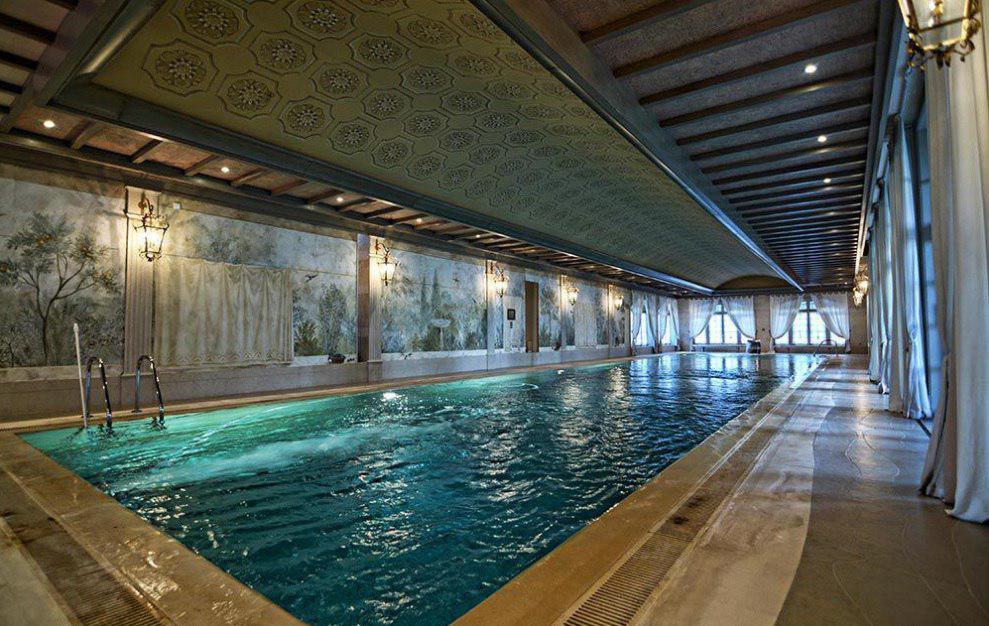 Здесь же зона оздоровления и расслабления: 25-метровый подогреваемый бассейн, финская сауна, солярий