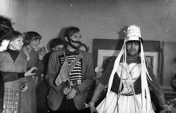 Вячеслав Геннадьевич украшает голову короной.