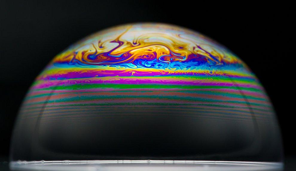 Если надуть пузырь при температуре ?15C, то он замерзнет при соприкосновении с поверхностью. Воздух,