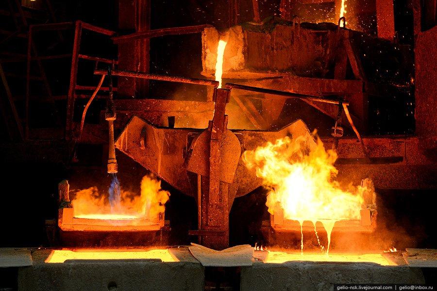Процесс разливки металла в медные изложницы: