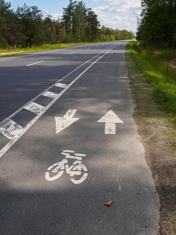 Из Житковичей в сторону Турова проложена полоса для велосипедистов. Не до самого Турова, но радуешься и этому.