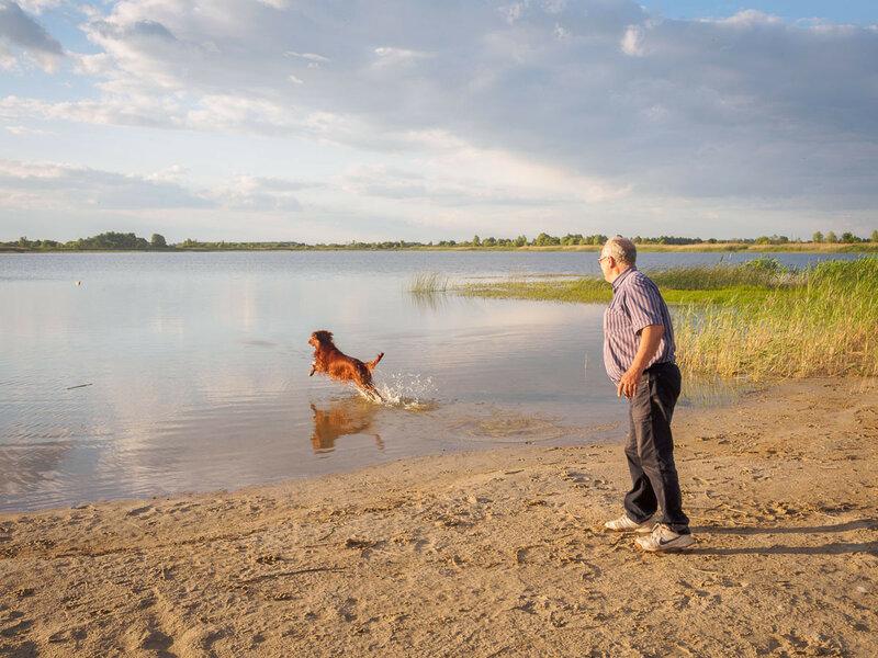 Папа с Гариком сразу затевают водные игры.