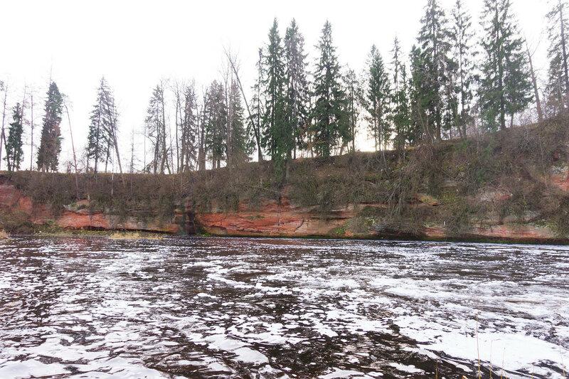 обрывы на реке Оредеж в Белогорка