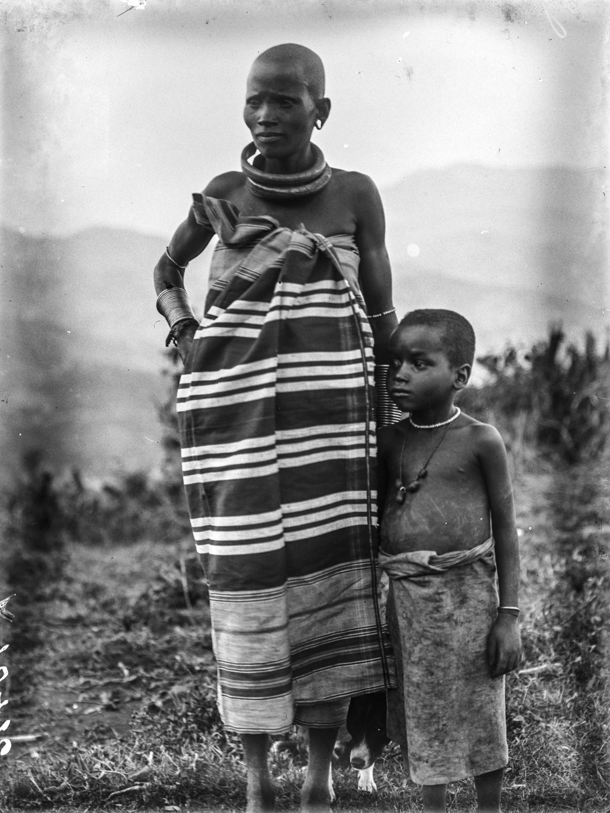 126. Женщина и ребенок народности паре