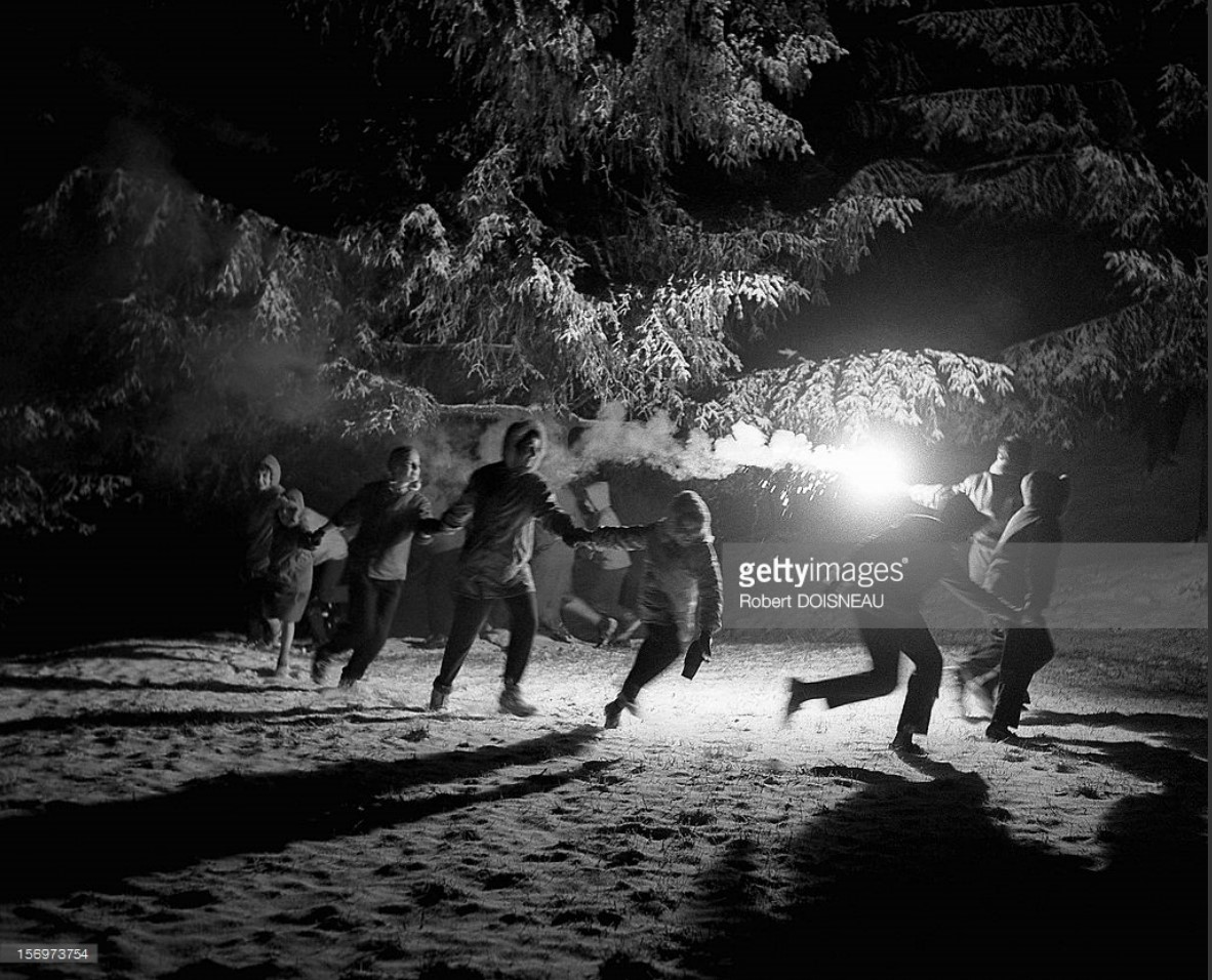 1958. Дети танцуют на снегу в Лаффре