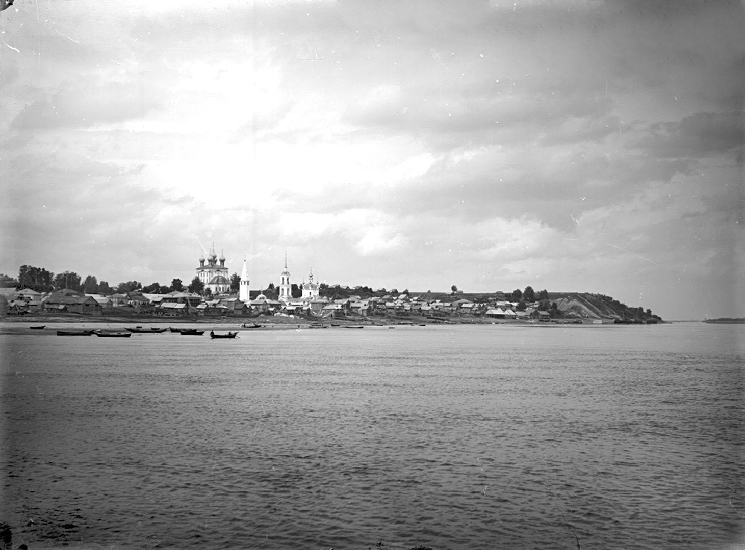 Окрестности города. Общий вид села Катунки с реки Волги