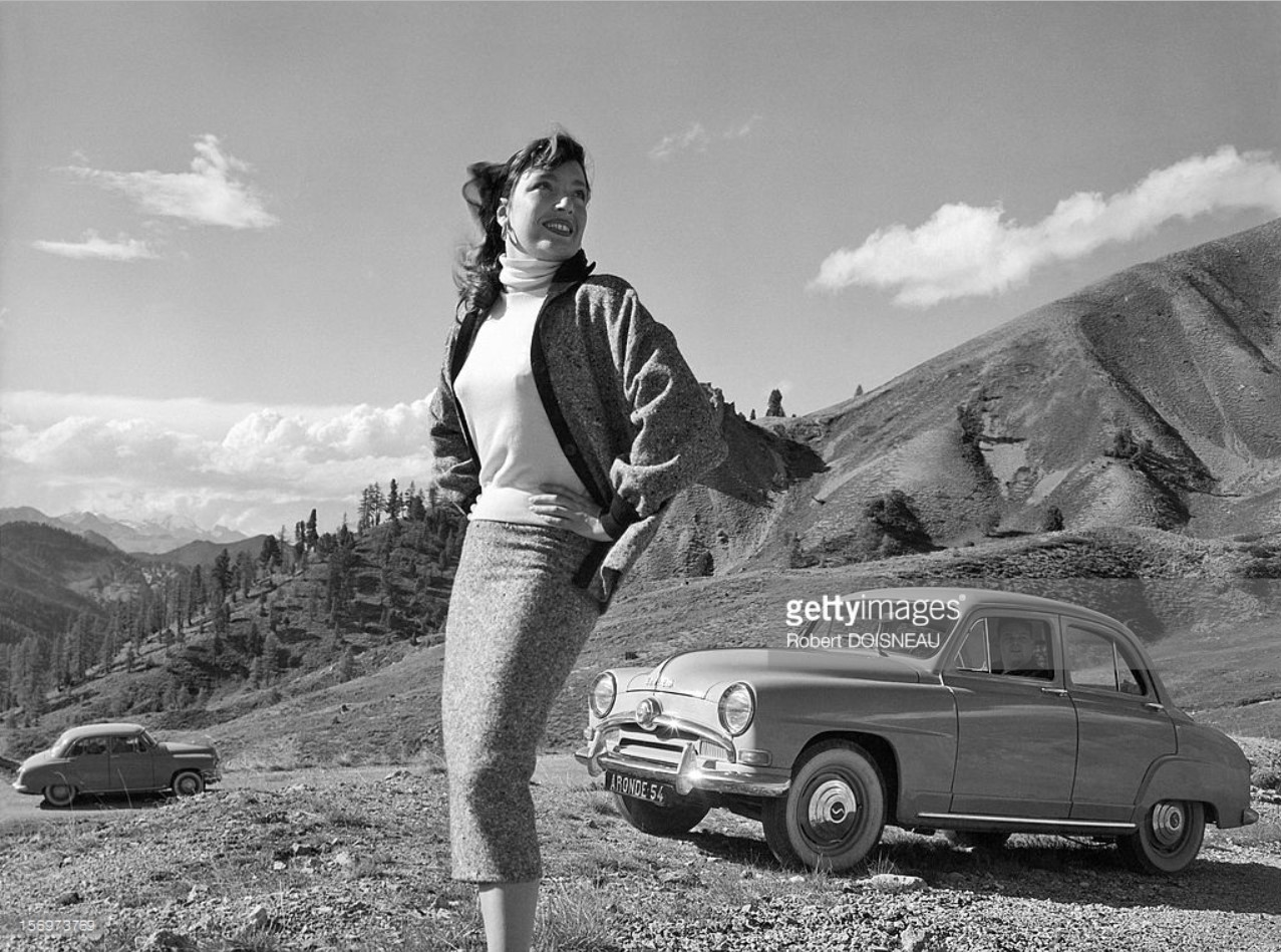 1953. Женщина позирует для рекламы Simca «Aronde» в Коль д'Изояр