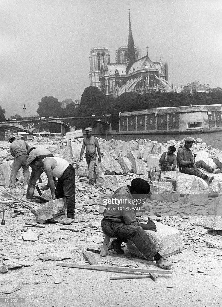 1969. Резчики по камню на набережной Турнелль напротив Нотр-Дам
