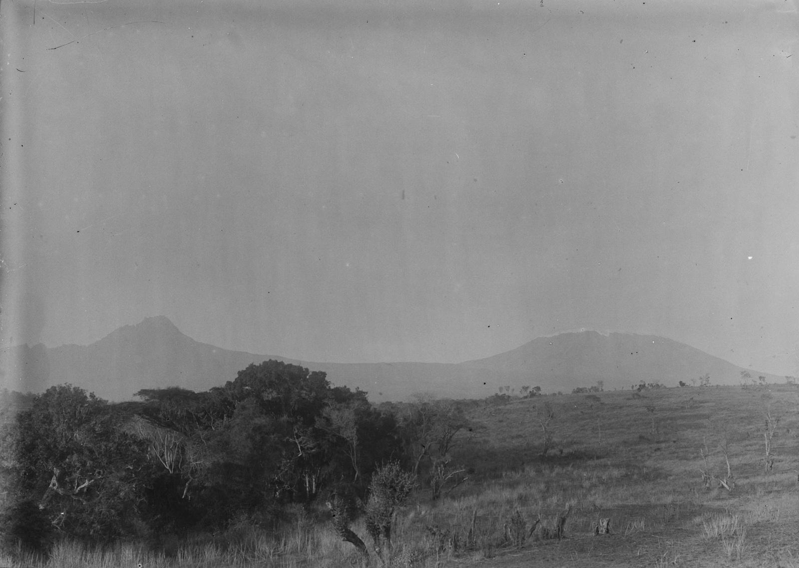 88. Килиманджаро с пиками Мавензи (слева) и Кибо (справа).