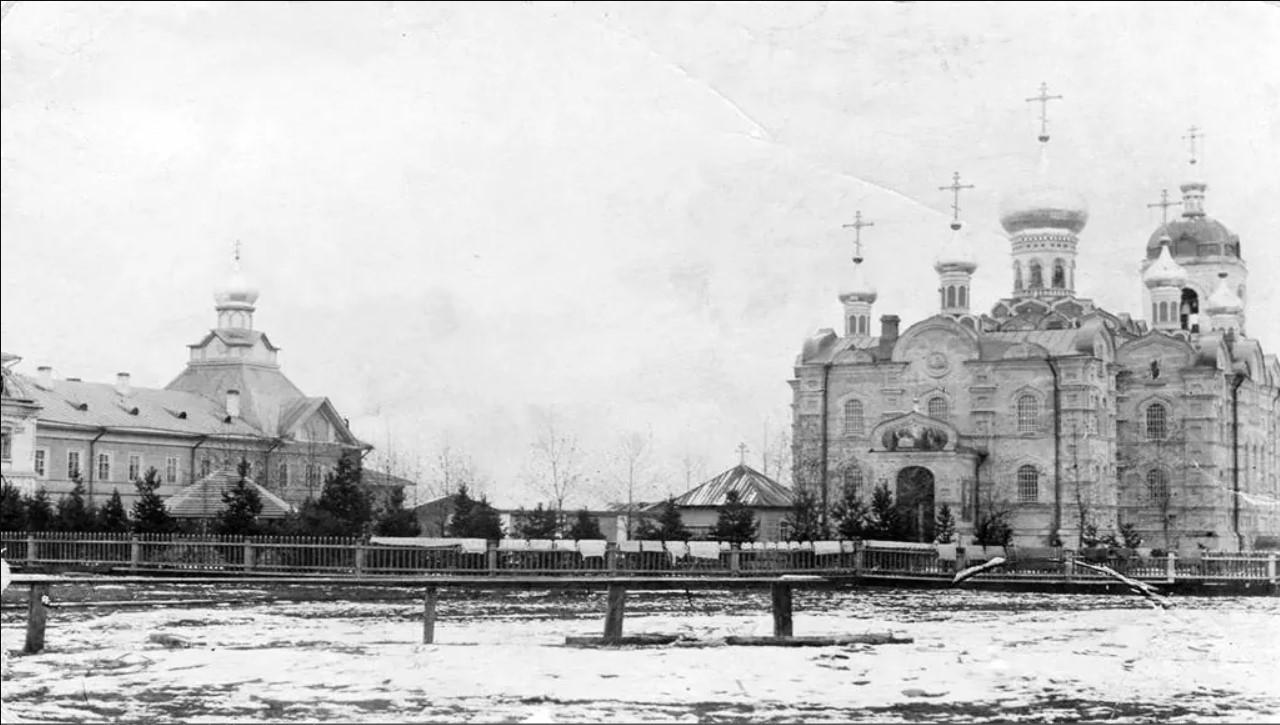 Комплекс Иоанно-Богословского Сурского женского монастыря. Справа - Успенский собор