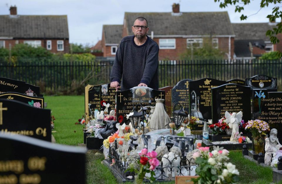 Безутешный муж ночует на могиле жены, чтобы до неё не добрались вандалы