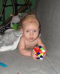 Собирает кубик Рубика :-)