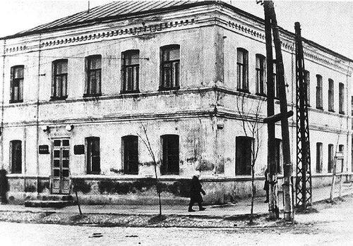 Дом на пересечении улиц Пролетарской и Епифанской. Здесь находился некоторое время штаб обороны города.jpg