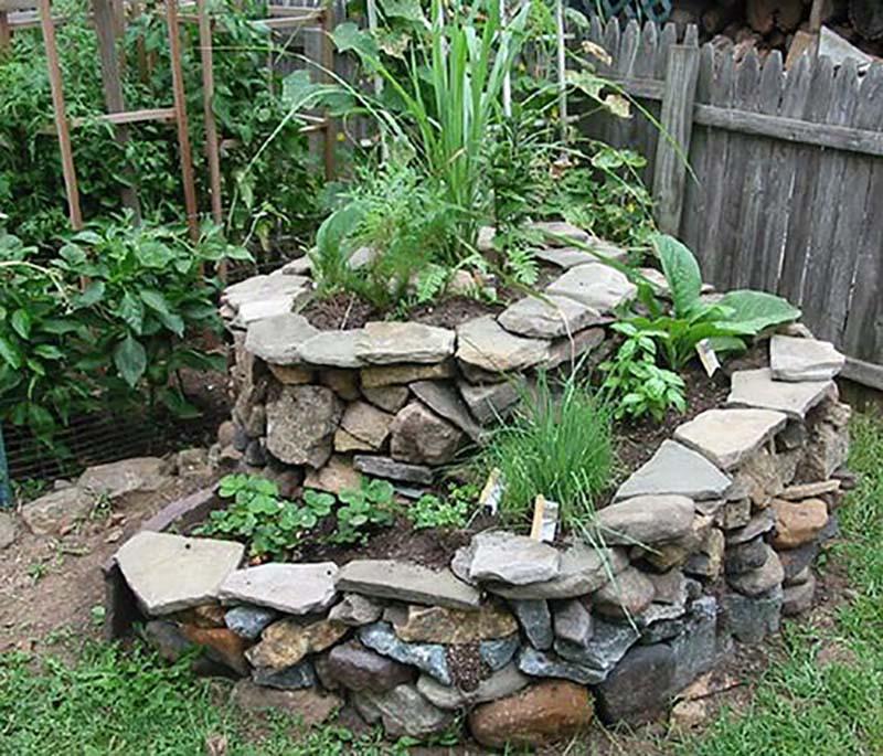 Сделать такую клумбу-спираль на дачном участке совсем просто. Ограждением служат камни, выло