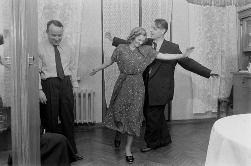 А потом стол отодвинули, и начались танцы.