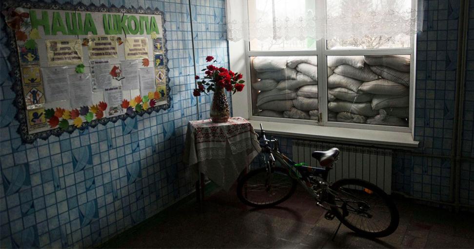 Детство под обстрелами! Быть ребенком на войне: National Geographic показала пронзительный фоторепортаж с Донбасса (20 фото)
