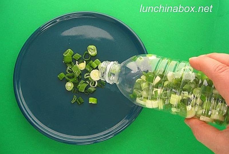 2. Храните резаный зеленый лук в морозилке в пластиковых бутылках. Только убедитесь, что лук абсолют