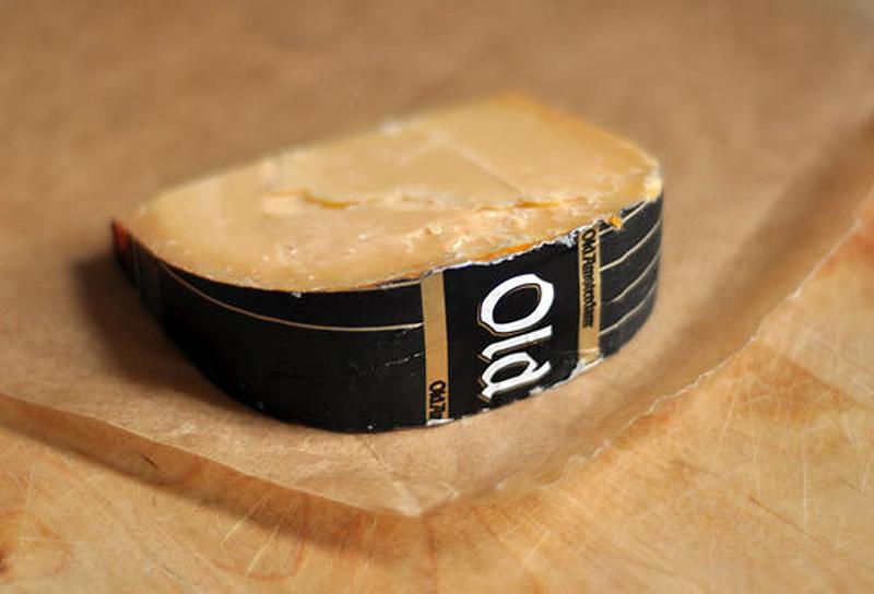 13. И еще кое-что о сыре. Заверните его в специальную бумагу для сыра или в вощеную бумагу (а не в п