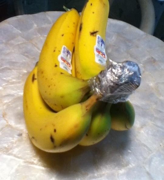 17. Оберните ножку бананов пищевой пленкой, так они продержатся на 3-5 дней дольше. Также бананы выд
