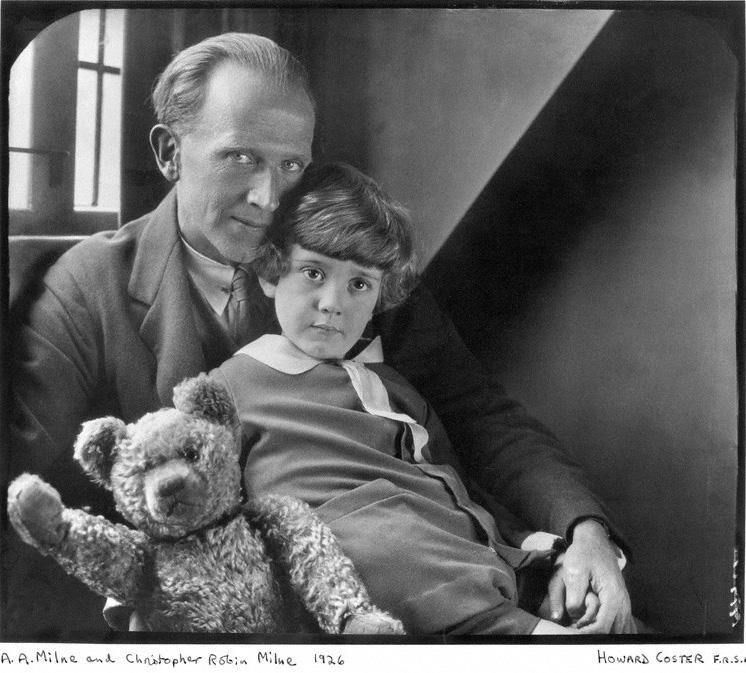 Писатель Алан Милн, его сын Кристофер Робин и оригинальный Винни-Пух.