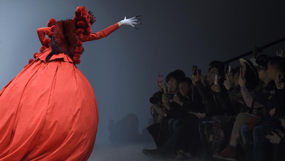 Китайцы задают тренд на 2018 год на неделе высокой моды по мотивам Алисы в стране чудес