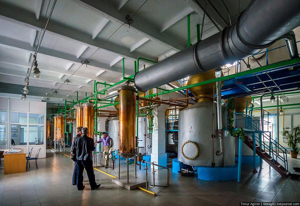 В емкость наливают виноматериал и начинают подогревать, в результате спирт отделяется от воды: