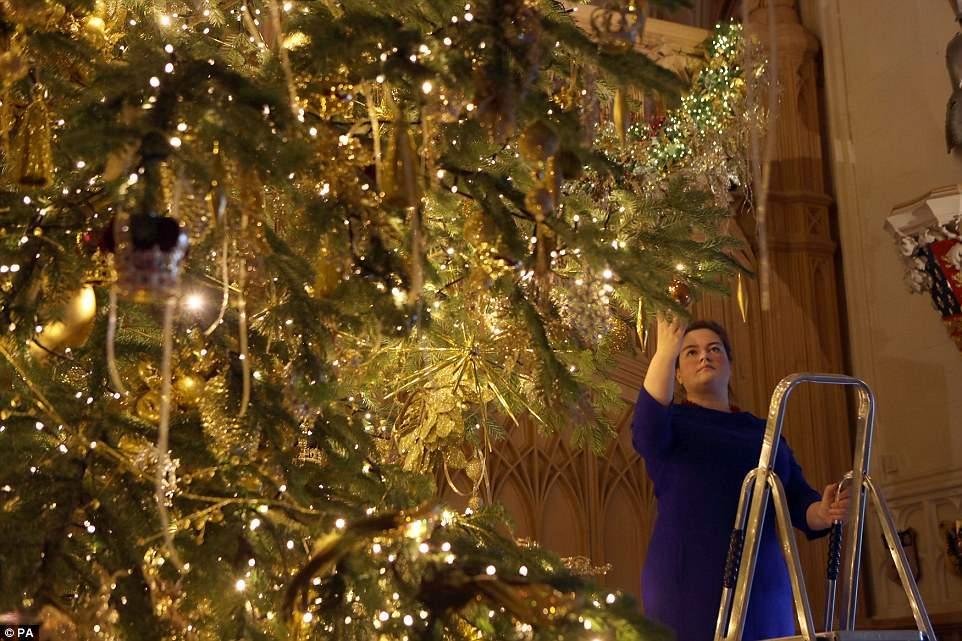 Виндзорский замок, в котором британские монархи празднуют Рождество с XII века, каждый год богато ук