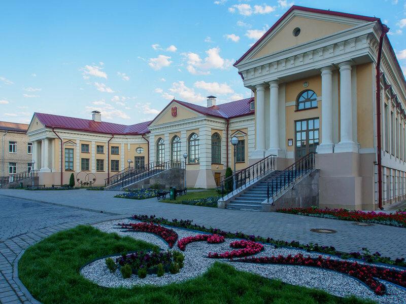 Меж тем дворец Бутримовича преисполнен благородной тени.