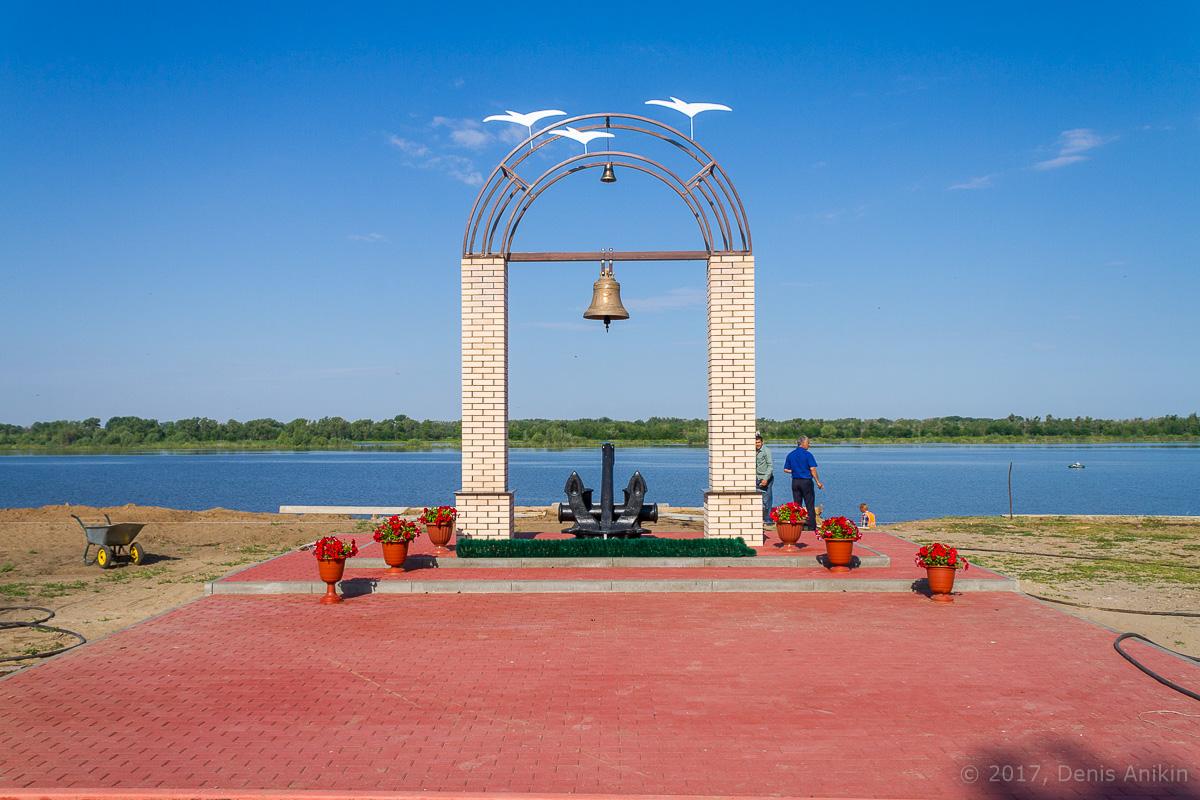 Памятник волжским речникам в Ахтубинске фото 2