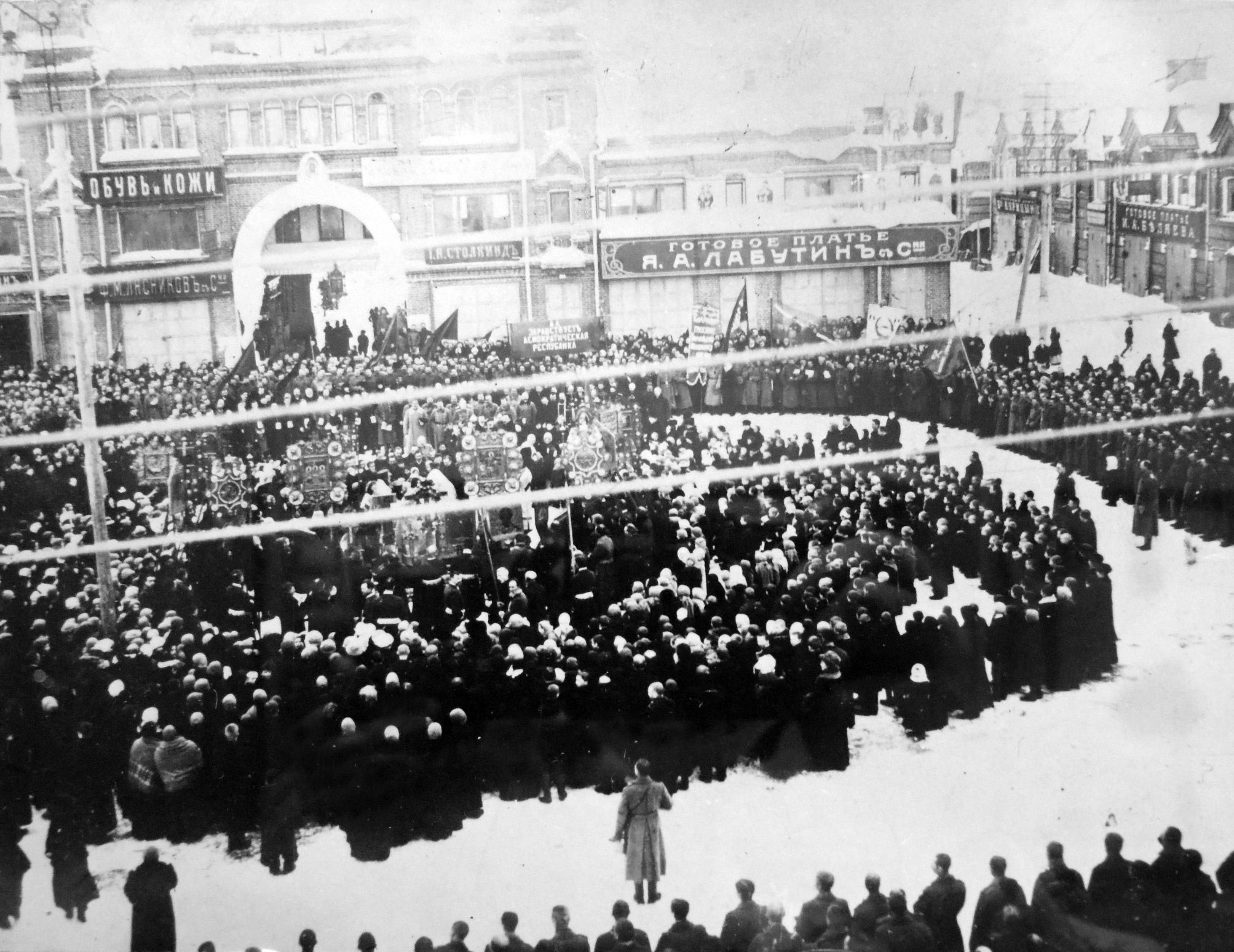 Молебен по поводу свержения самодержавия. Вид на Гостиный двор и Соборную площадь. 1917