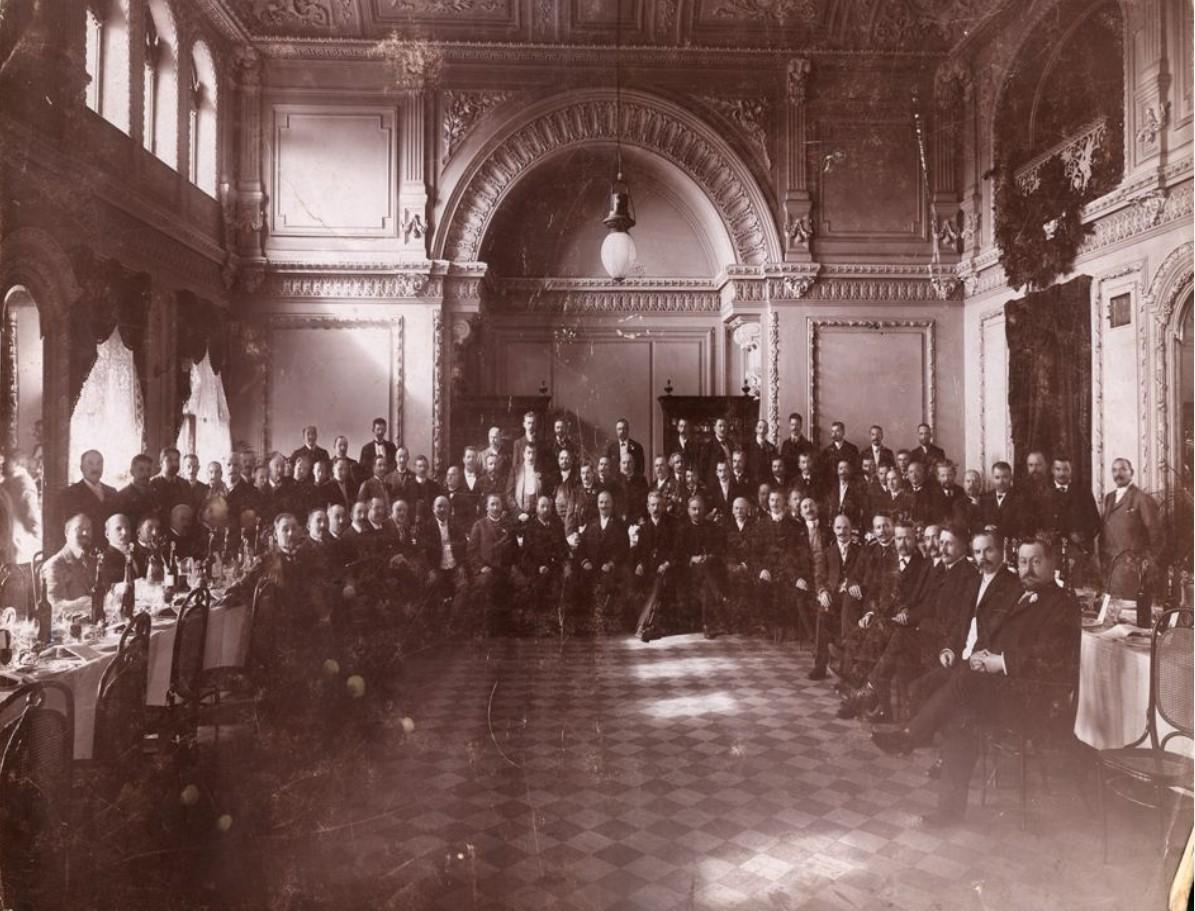 Группа представителей в зале дворянского собрания