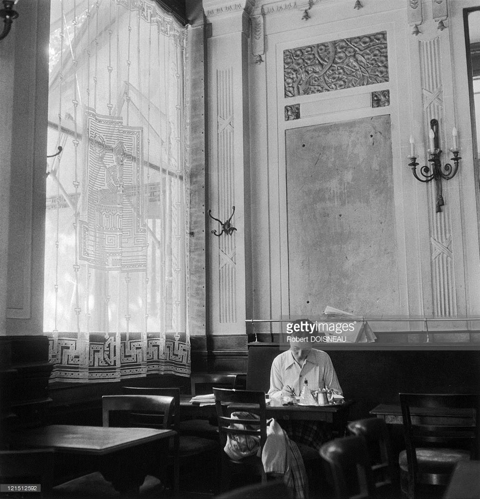 1944. Симона де Бовуар в кафе «Дё маго́»  в квартале Сен-Жермен-де-Пре