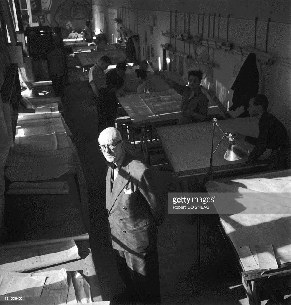 1950. Ле Корбюзье, французско-швейцарский архитектор, в своем ателье на Севрской улице