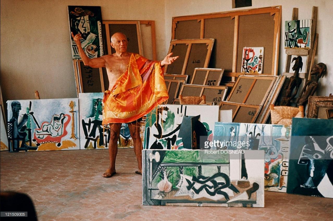 1958. Пабло Пикассо у себя в мастерской