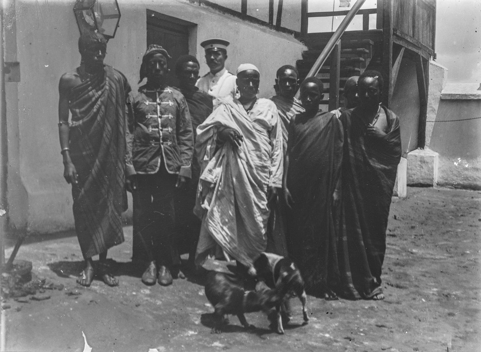 298. Станция немецкого общества Восточной Африки (ДОАГ)  в Моши. Групповой портрет исследователей с людьми чагга