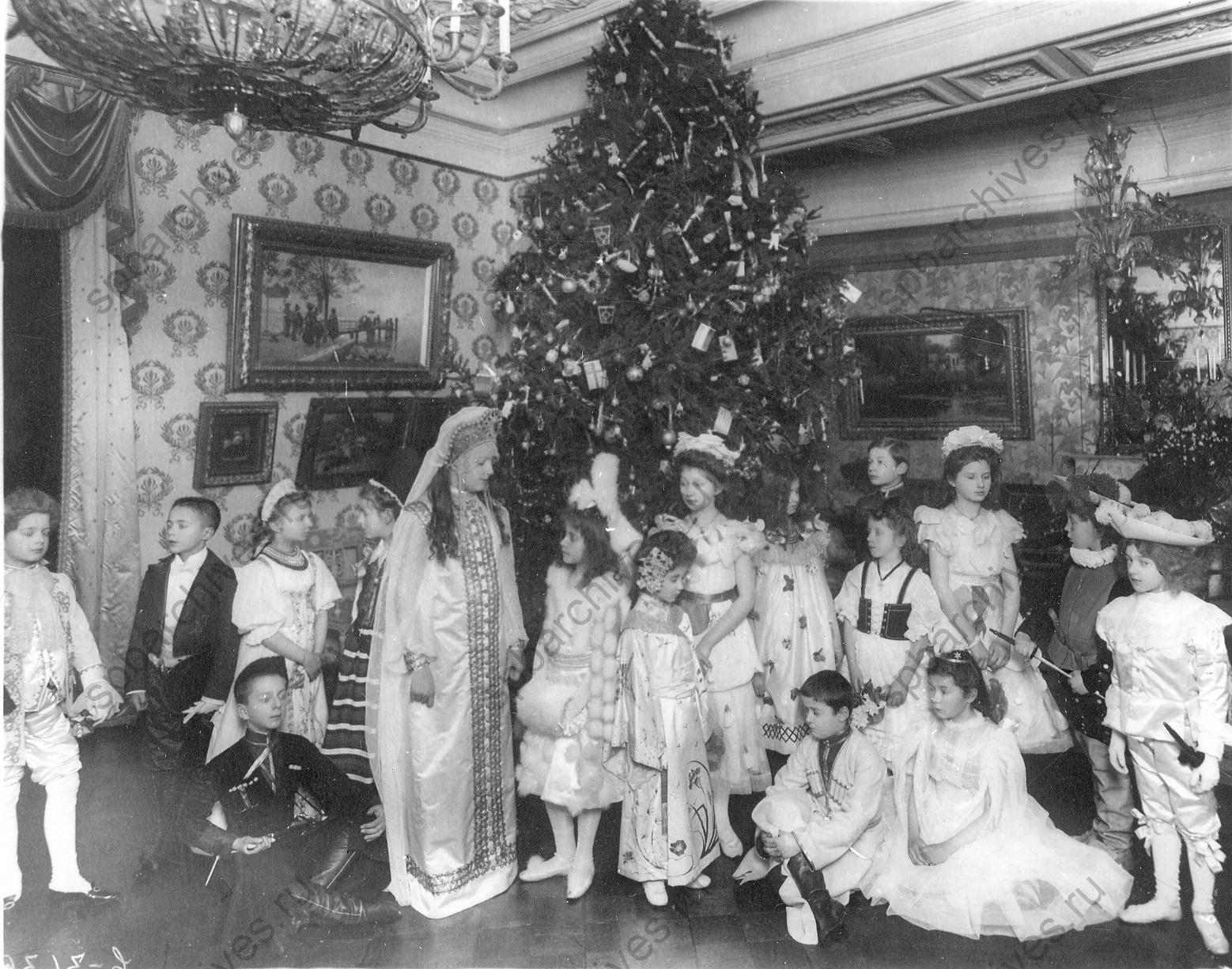 1906. Группа учащихся Императорского училища глухонемых в карнавальных костюмах возле ёлки