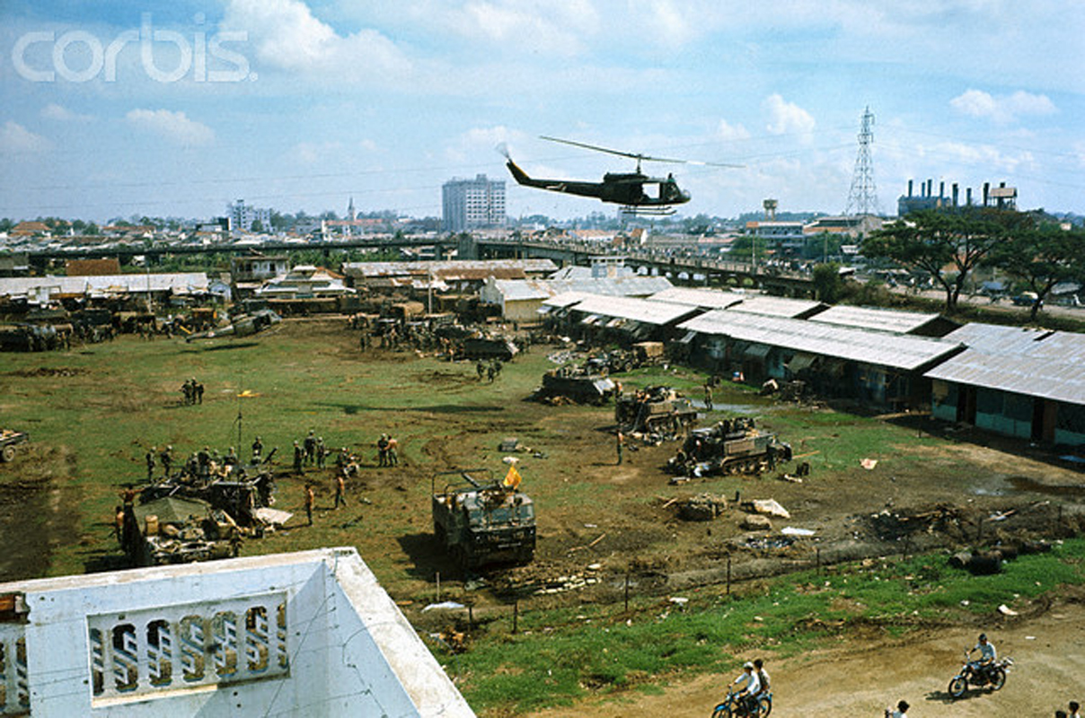 Вертолеты доставляют в район Тёлона припасы и новые войска после наступления коммунистов. Тысячи домов были разрушены, и многие жители остались без крова. 17 мая