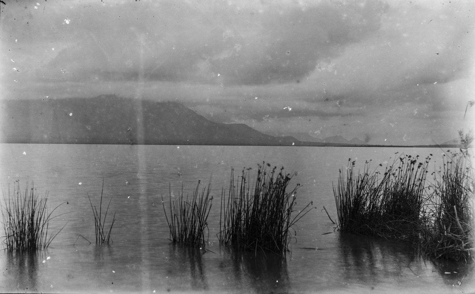 357. Вид на озеро в горах Паре