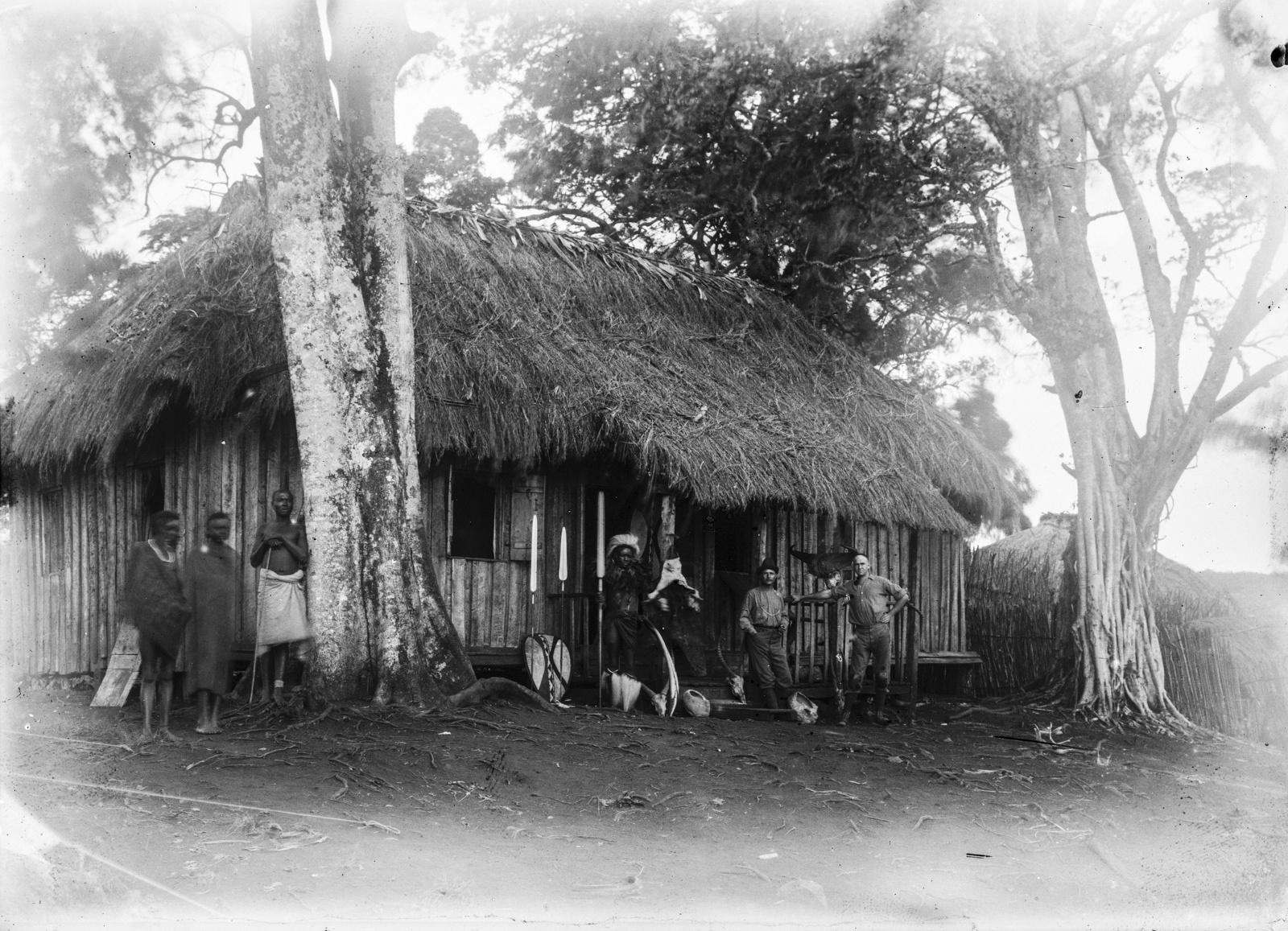369. Участники экспедиции и мужчины масаев возле дома на станции немецкого общества Восточной Африки (ДОАГ) в Моши