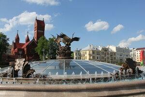 Минск. Фонтан с аистами