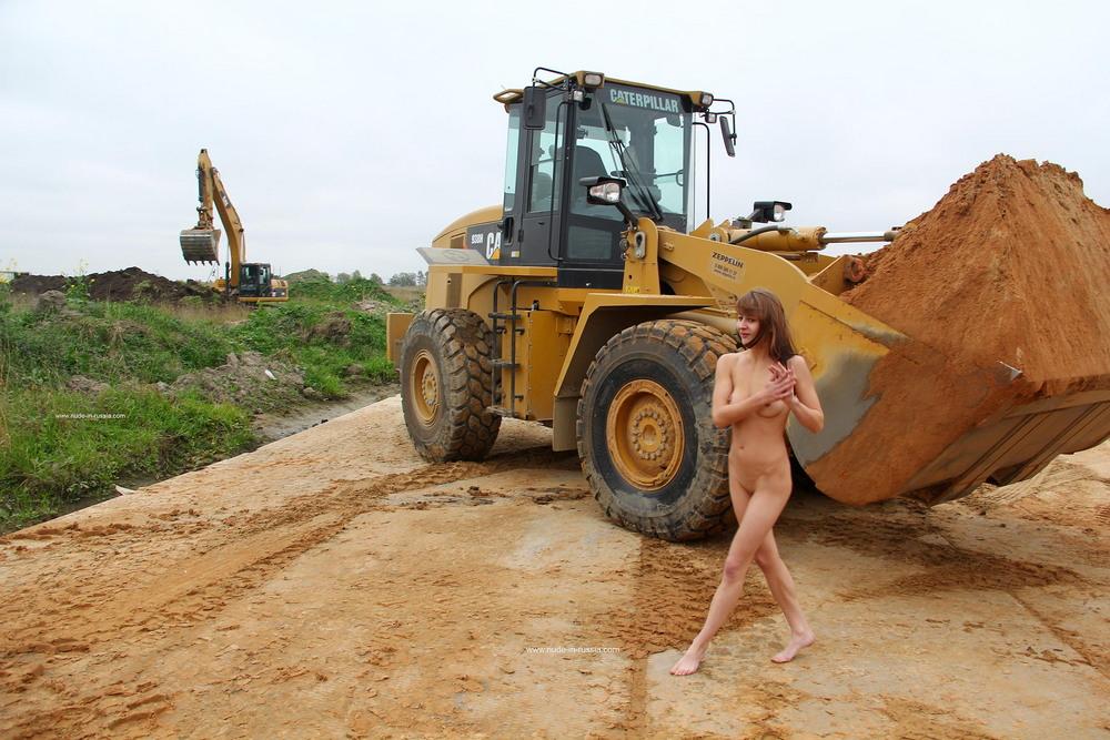 Голая Елизавета на стройплощадке