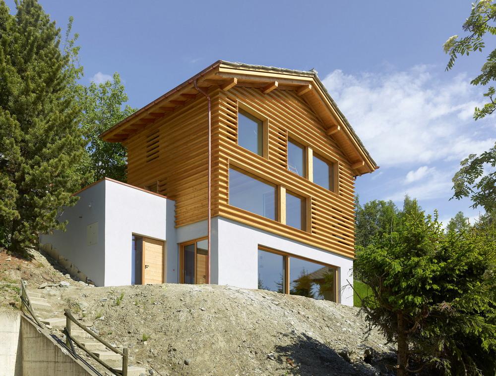 Деревянный дом на живописном склоне в Швейцарии