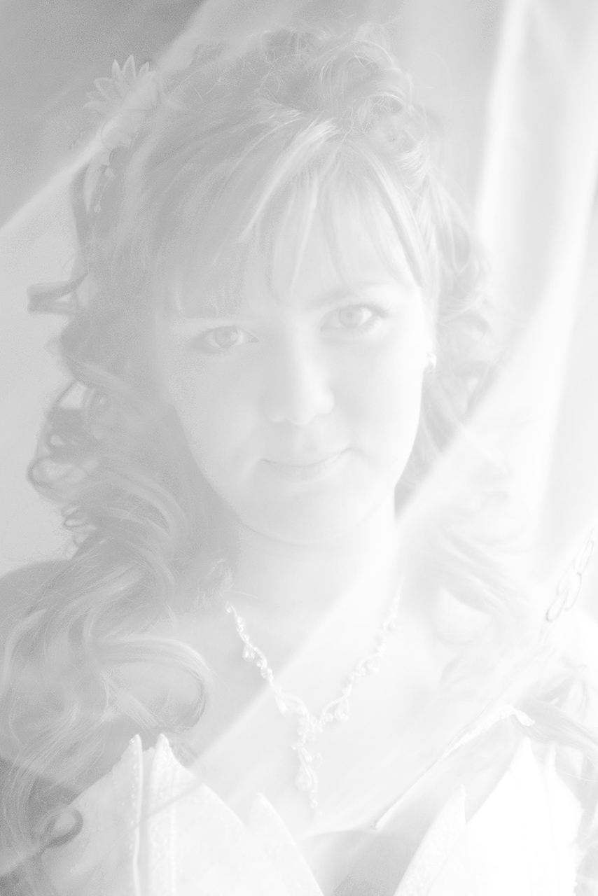 Получается так, что сначала мы смотрим на стоимость, а потом уже нас интересует все остальное — портфолио свадебного фотографа, создание свадебного слайдшоу, печать фотографий или свадебной фотокниги. Но сначала — всегда цена!