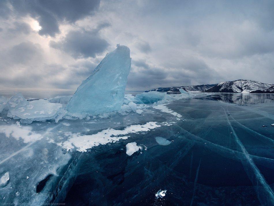 Торосы — как крылья или паруса кораблей — возвышаются над чернотой Озера и льда. Смотришь в чарующую